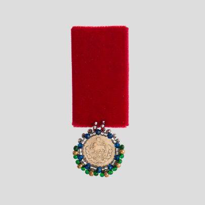 تصویر مدال مخمل قرمز و سکه