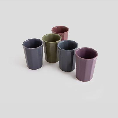 تصویر پنج لیوان چندضلعی در پنج رنگ