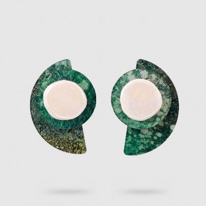 تصویر گوشواره جیومتریک سبز با روکش صدف