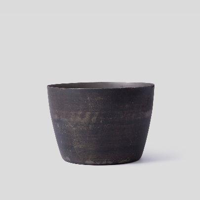 تصویر گلدان کهنه پهن مشکی