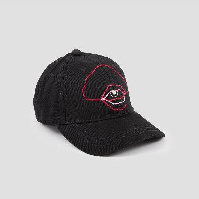تصویر کلاه مشکی با طرح چشم قرمز
