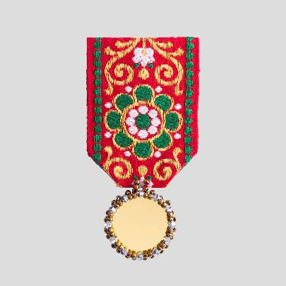 تصویر مدال گلدار و آیینه طلایی