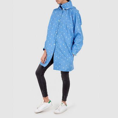 تصویر بارانی کوتاه ضدآب آبی طرح دار