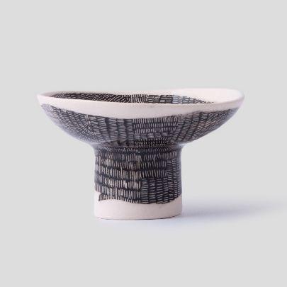 تصویر کاسه سرامیکی پایه دار سیاه و سفید بزرگ