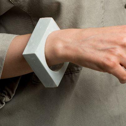 تصویر دستبند پهن مربع سبز طوسی