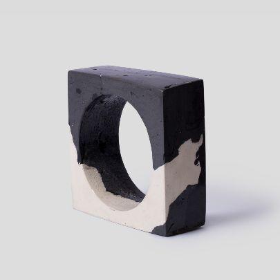 تصویر دسبند پهن مربع سیاه و سفید