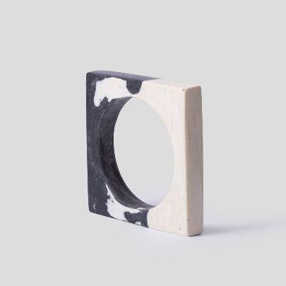 تصویر دستبند باریک مربع سیاه و سفید