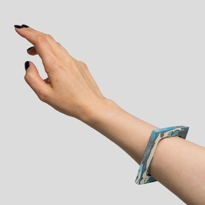 تصویر دستبند باریک مربع آبی سفید