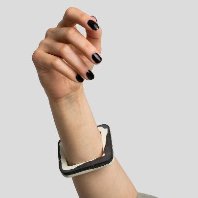 تصویر دستبند باریک مربع بدون گوشه سیاه و سفید